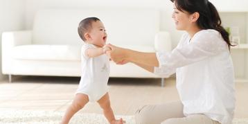 这么教宝宝学走路,可能会害了TA!
